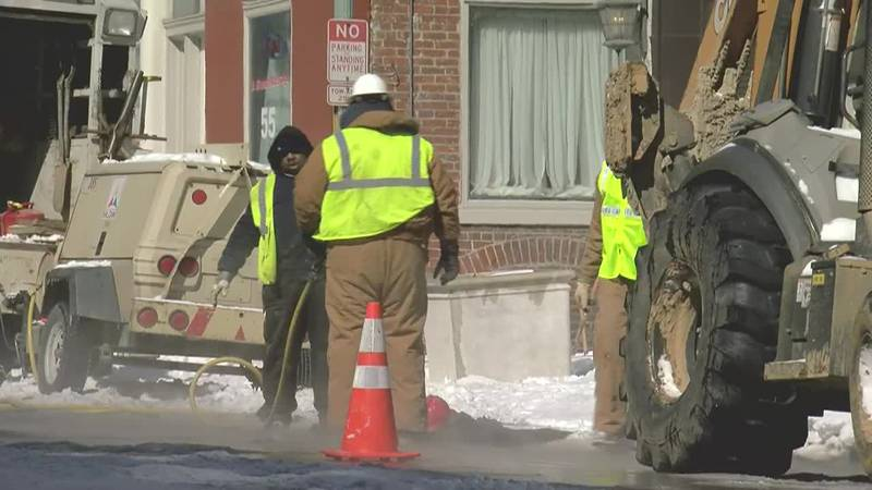 Crew works to repair water main break in downtown Memphis