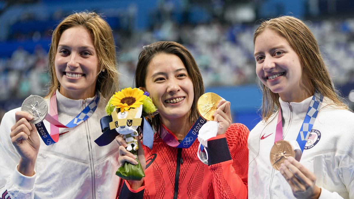 Gold medalist Yui Ohashi, centre, of Japan, stands with silver medalist Alex Walsh of the...