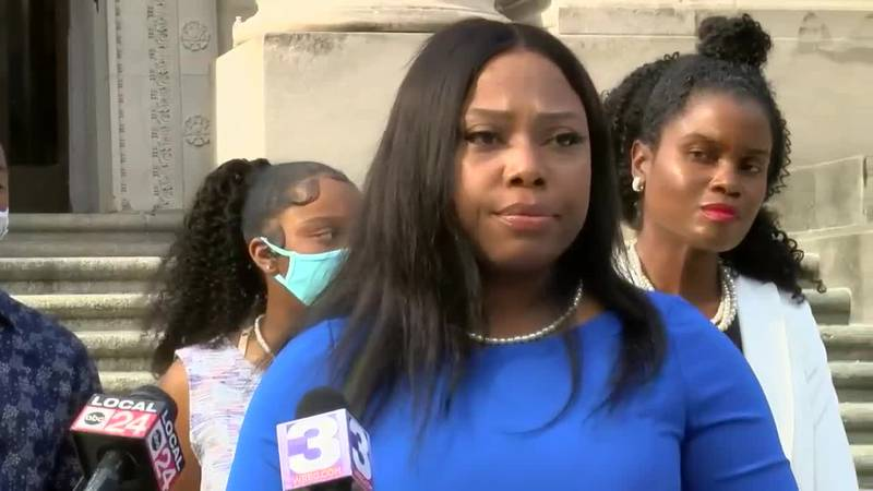 State Sen. Katrina Robinson holds news conference after being charge with theft