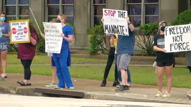 Small group of healthcare employees protests vaccine mandate on Memphis Medical District
