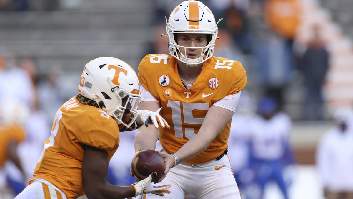 Tennessee quarterback Harrison Bailey (15) hands the ball off to running back Eric Gray (3)...