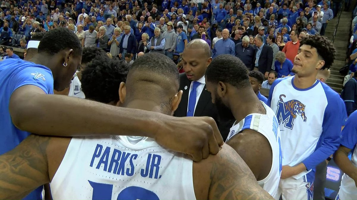 Coach Penny Hardaway in the huddle with U of M players before a game (Source: WMC Action News 5)